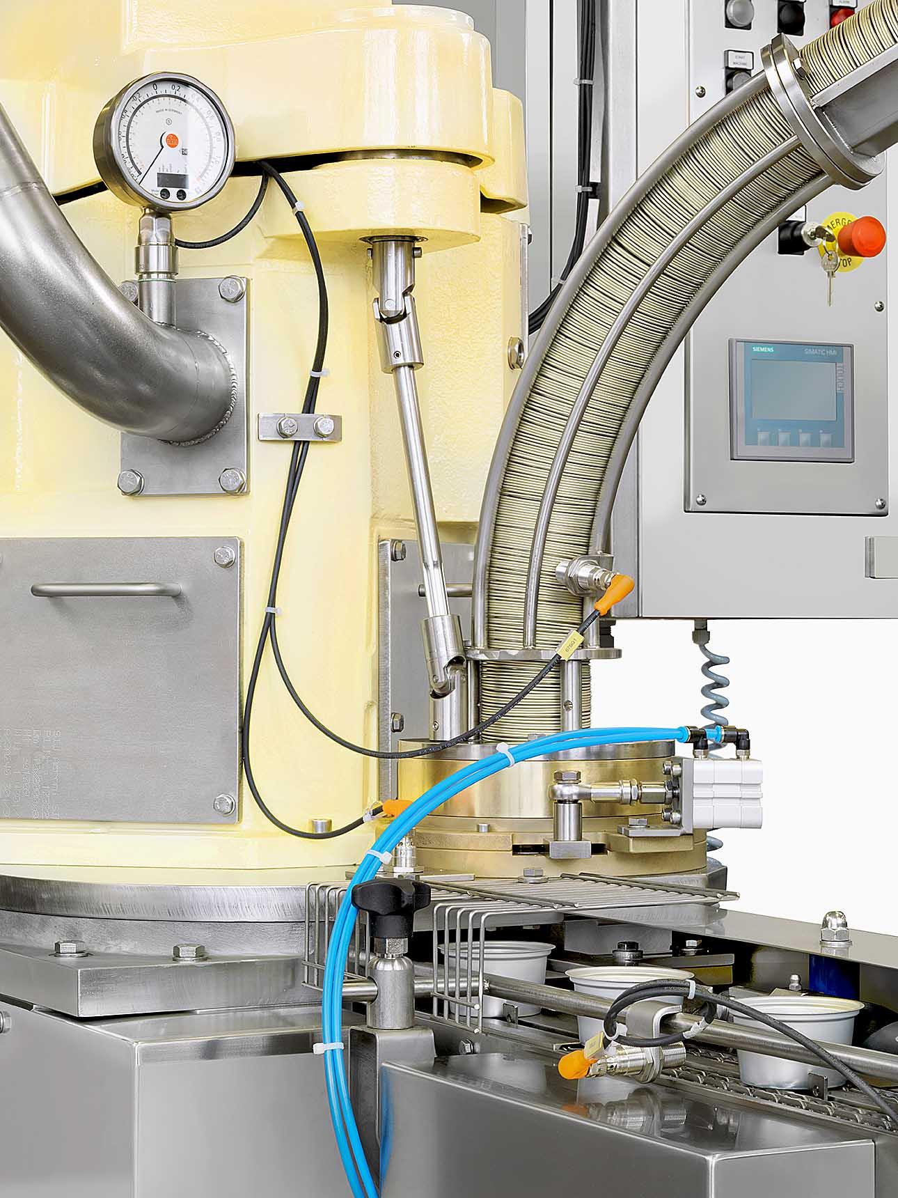 close-up particolare della macchina aggraffatrice sottovuoto di Bonicomm, ITALIA